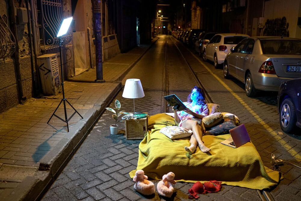 L'artista Sayna Soleimanpour realizza un servizio fotografico in segno di protesta contro i maltrattamenti delle donne turche in una strada deserta di Istanbul, in Turchia