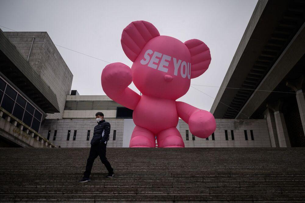 Un uomo che indossa una mascherina protettiva sulle scale del Centro Sejong per le arti dello spettacolo a Seoul