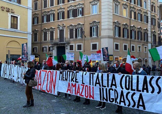 """La manifestazione del movimento""""Mascherine tricolori"""" alla Piazza Montecitorio, Roma."""