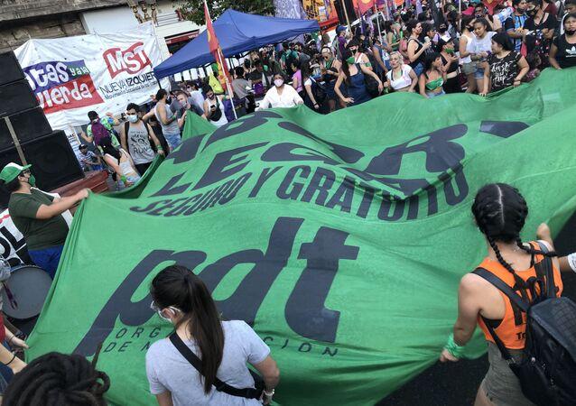 La marcia dei fazzoletti verdi in Argentina a favore dell'aborto