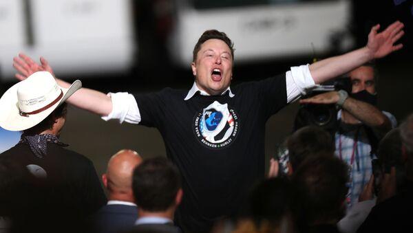 Илон Маск празднует успешный запуск ракеты SpaceX Falcon 9 с космическим кораблем Crew Dragon в Космическом центре Кеннеди - Sputnik Italia