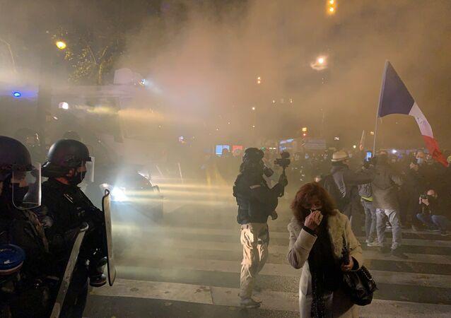 Scontri a Parigi durante manifestazione contro la legge sulla sicurezza