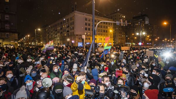 Demonstrators take part in a pro-choice protest in the center of Warsaw, on November 28, 2020, as part of a nationwide wave of protests since October 22 against Poland's near-total ban on abortion.  - Sputnik Italia