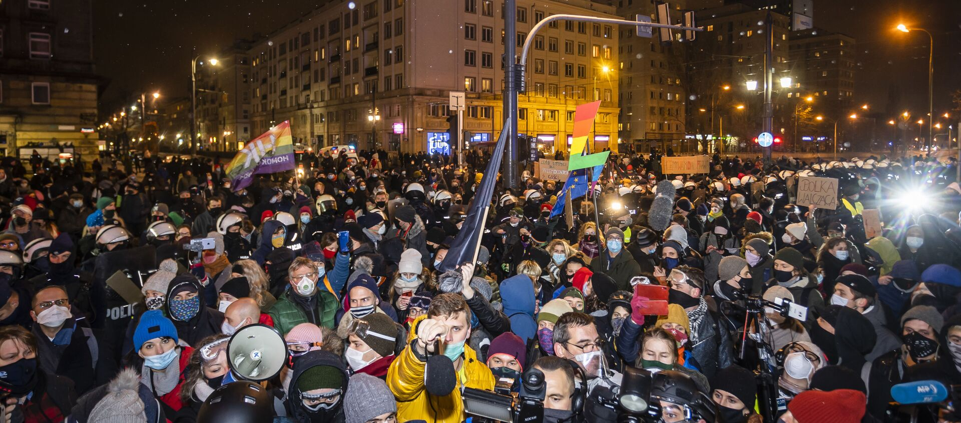 Demonstrators take part in a pro-choice protest in the center of Warsaw, on November 28, 2020, as part of a nationwide wave of protests since October 22 against Poland's near-total ban on abortion.  - Sputnik Italia, 1920, 13.12.2020