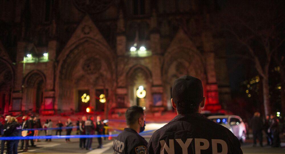 Agenti di polizia fanno la guardia fuori dalla Cattedrale di Saint John The Divine a New York il 13 dicembre 2020, dopo che un uomo armato ha aperto il fuoco fuori dalla chiesa.