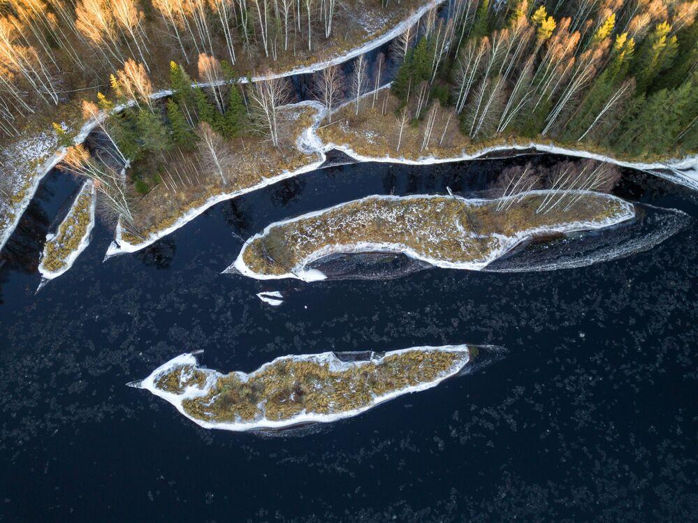 Deriva di ghiaccio sul fiume Shuya nella regione di Pryazhinsky della Repubblica di Carelia
