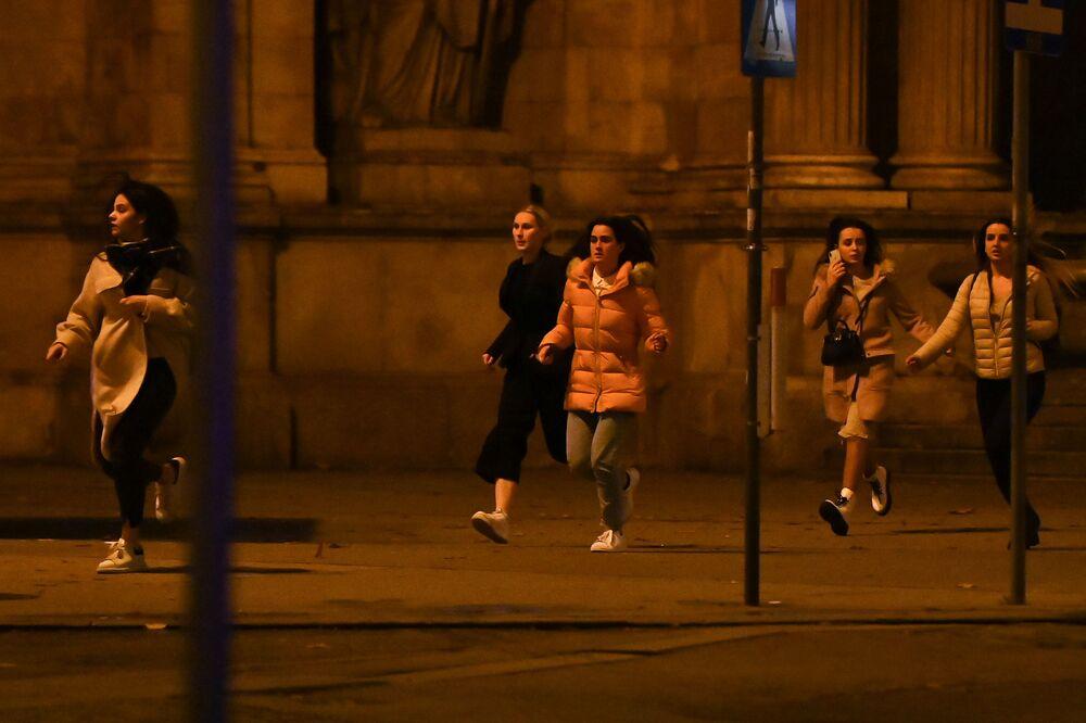 Le ragazze fuggono dal luogo dell'attentato terroristico a Vienna, il 2 novembre 2020