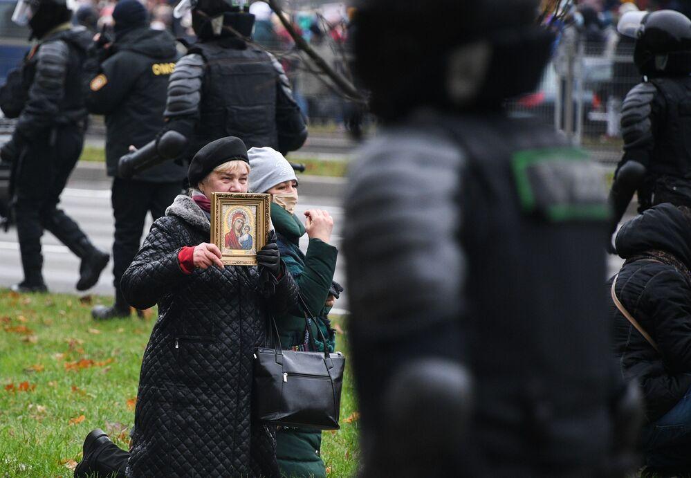 Sostenitori dell'opposizione durante una protesta a Minsk