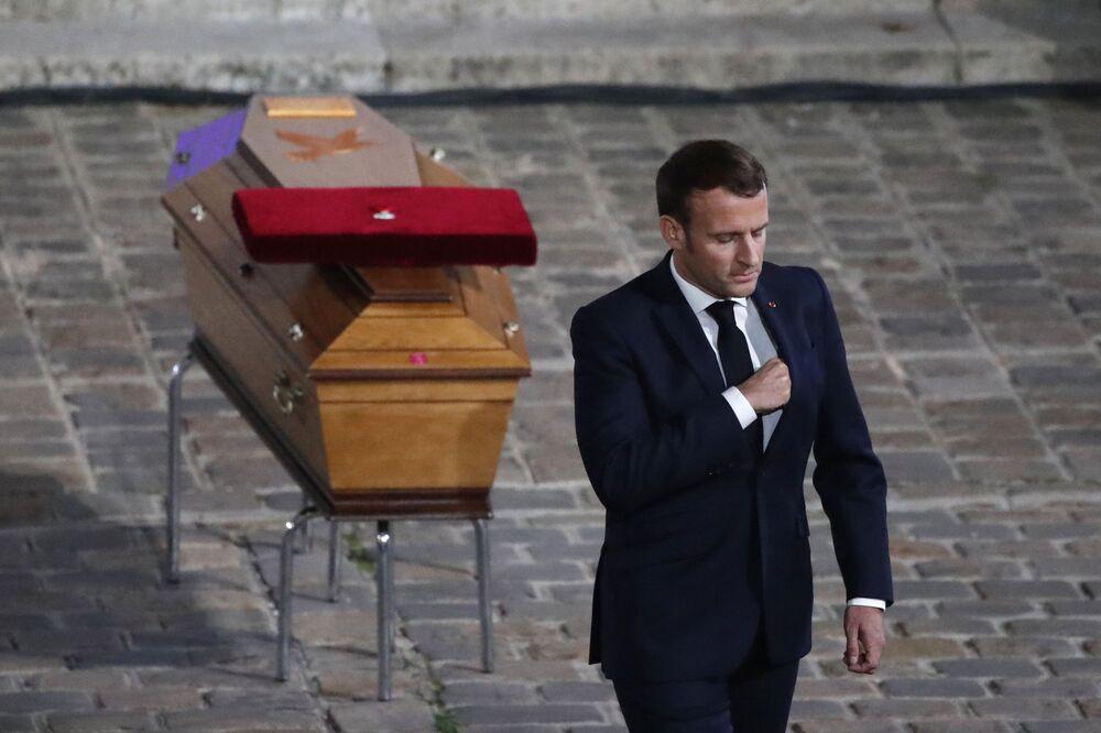 Il presidente francese Emmanuel Macron rende omaggio alla tomba dell'insegnante Samuel Paty, ucciso e decapitato in un attentato