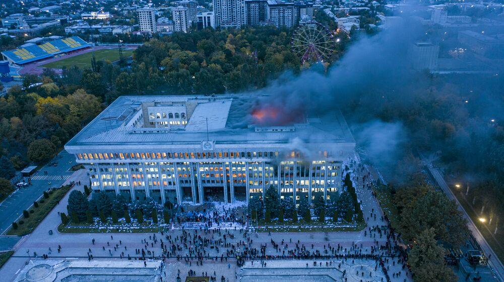 Edificio della Casa Bianca in fiamme a Bishkek a seguito delle proteste contro i risultati delle elezioni, ottobre 2020