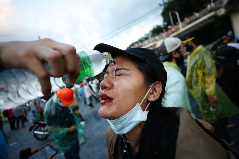 Partecipante a una manifestazione antigovernativa vicino al parlamento a Bangkok, Thailandia