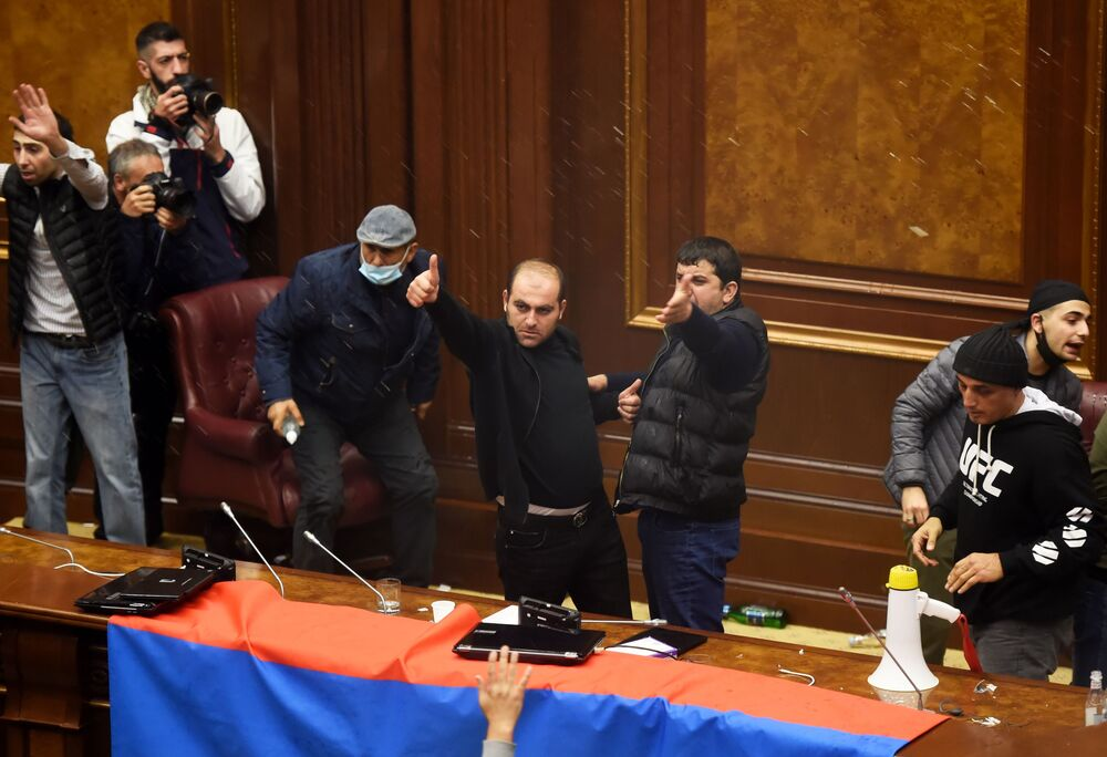 Manifestanti irrompono nella sede del governo nella capitale dell'Armenia, il 10 novembre 2020