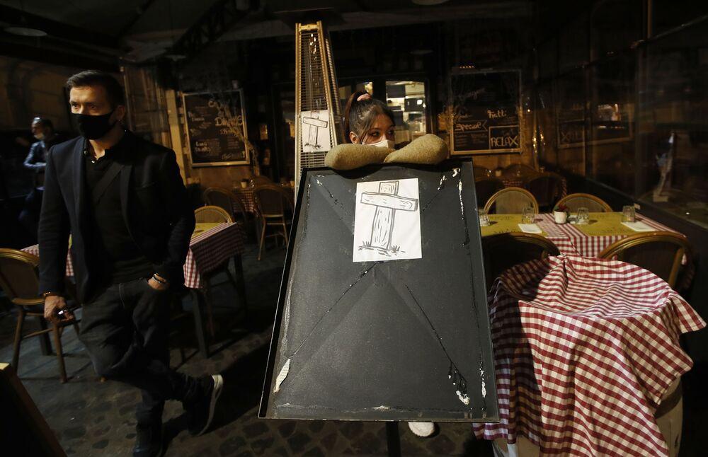 I lavoratori di ristoranti e bar italiani protestano contro le restrizioni del coronavirus a Roma