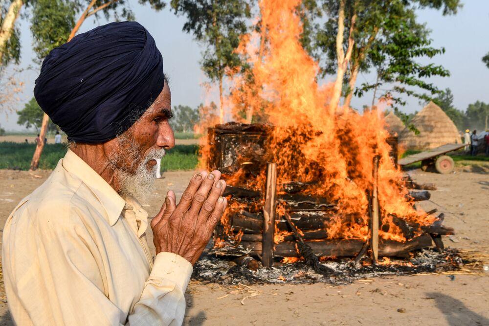 Padre alla cerimonia di cremazione del figlio, morto nel conflitto di confine tra India e Cina