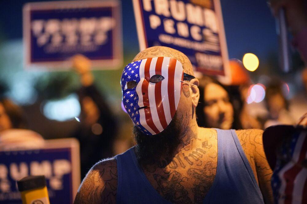 I sostenitori del presidente Donald Trump protestano contro i risultati delle elezioni presidenziali a Las Vegas, USA