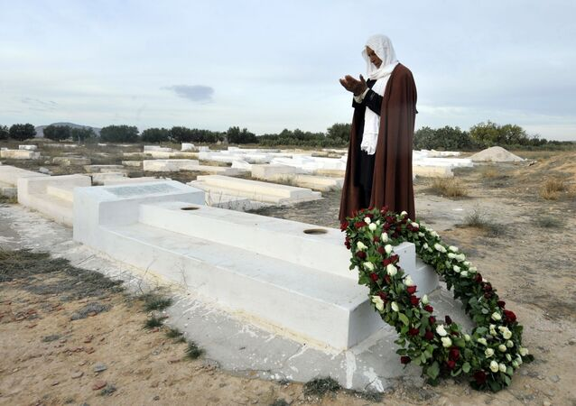 Un uomo prega sulla tomba di Mohammed Bouazizi in Tunisia