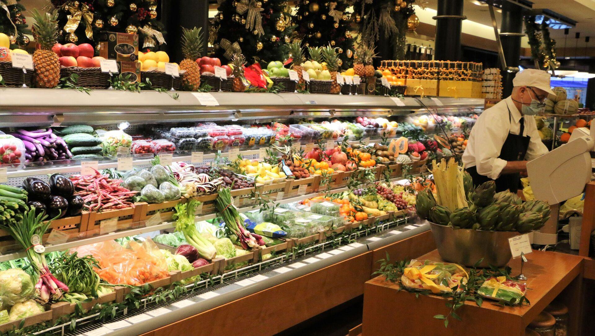 Banco di frutta e verdura in un supermercato - Sputnik Italia, 1920, 23.02.2021