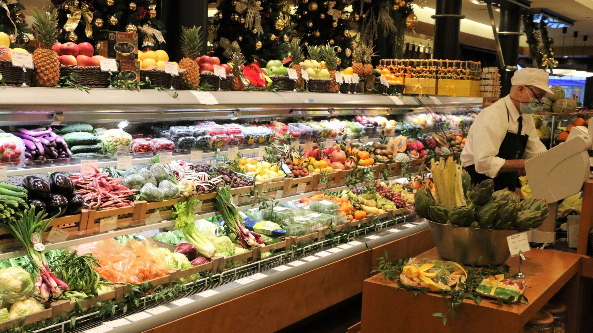 Banco di frutta e verdura in un supermercato - Sputnik Italia, 1920, 13.02.2021