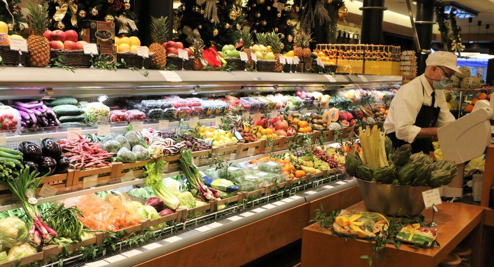 Banco di frutta e verdura in un supermercato