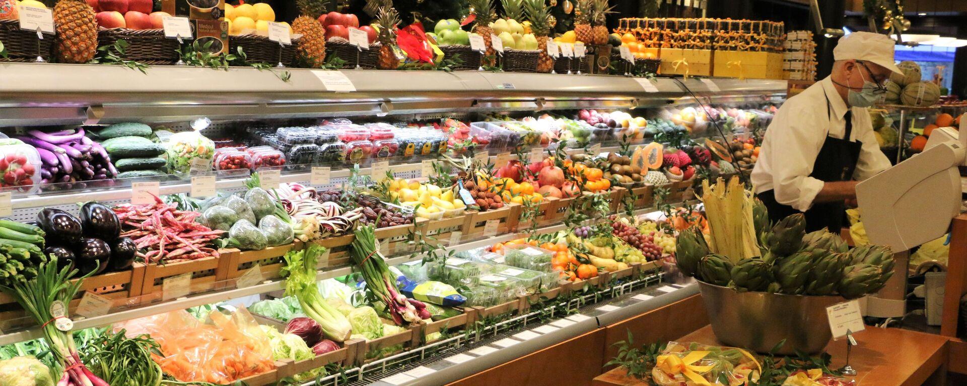Banco di frutta e verdura in un supermercato - Sputnik Italia, 1920, 18.04.2021