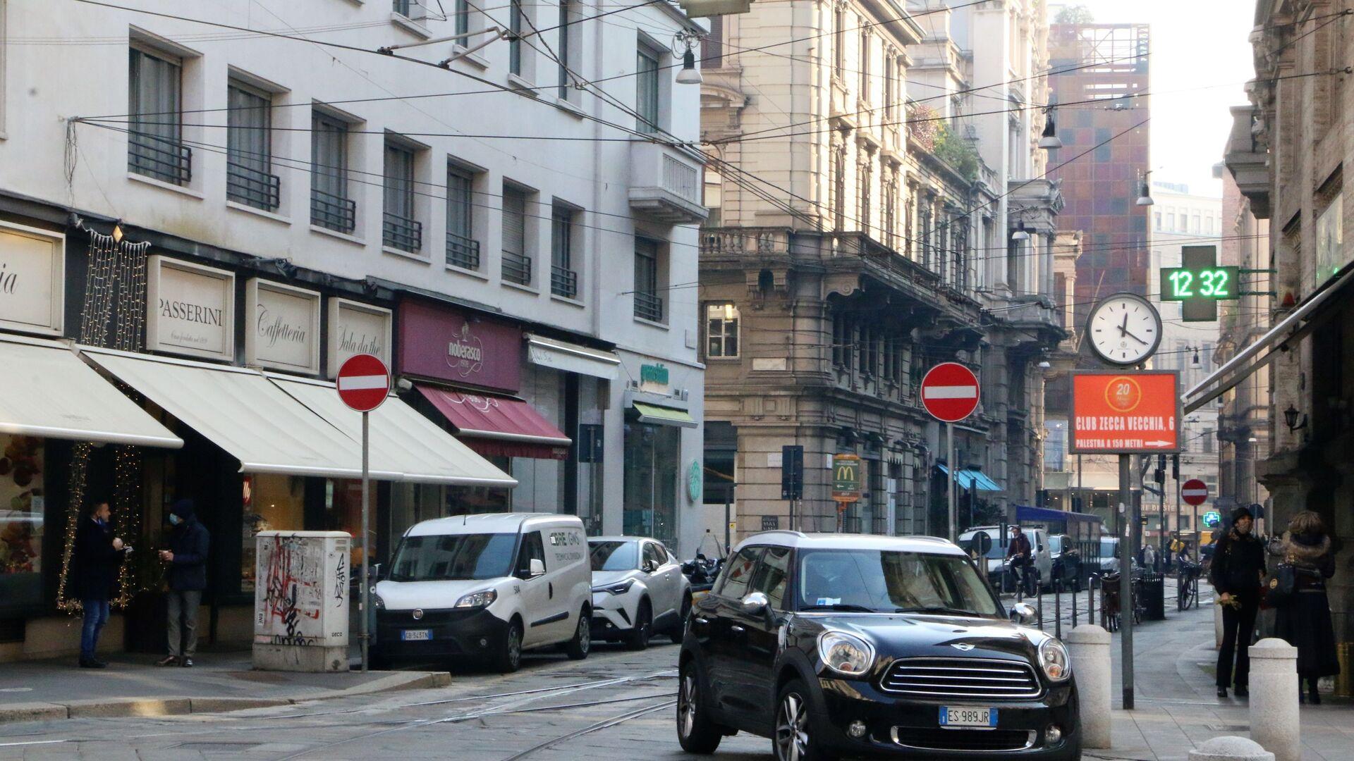Automobili in una strada di Milano - Sputnik Italia, 1920, 02.07.2021