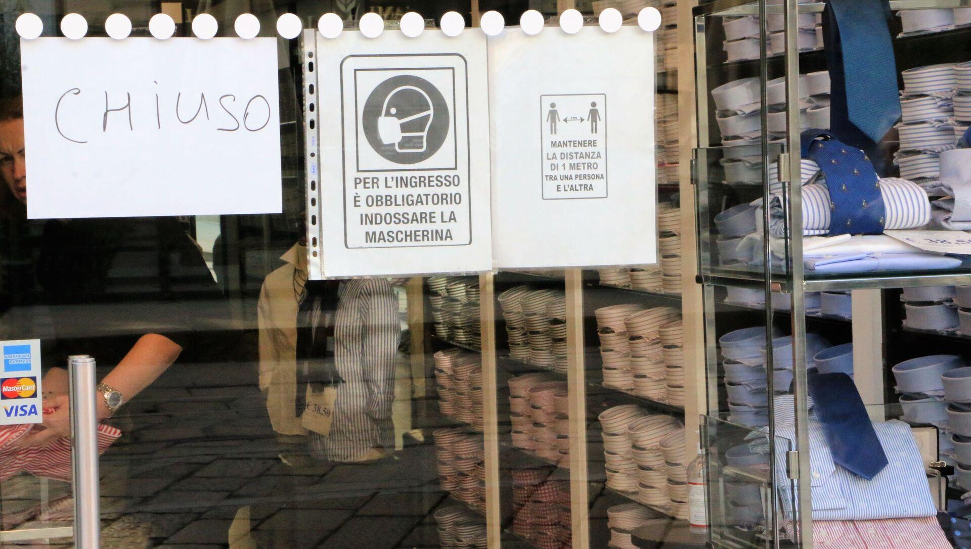 Un negozio chiuso con un volantino con le misure anti-Covid  - Sputnik Italia, 1920, 13.04.2021