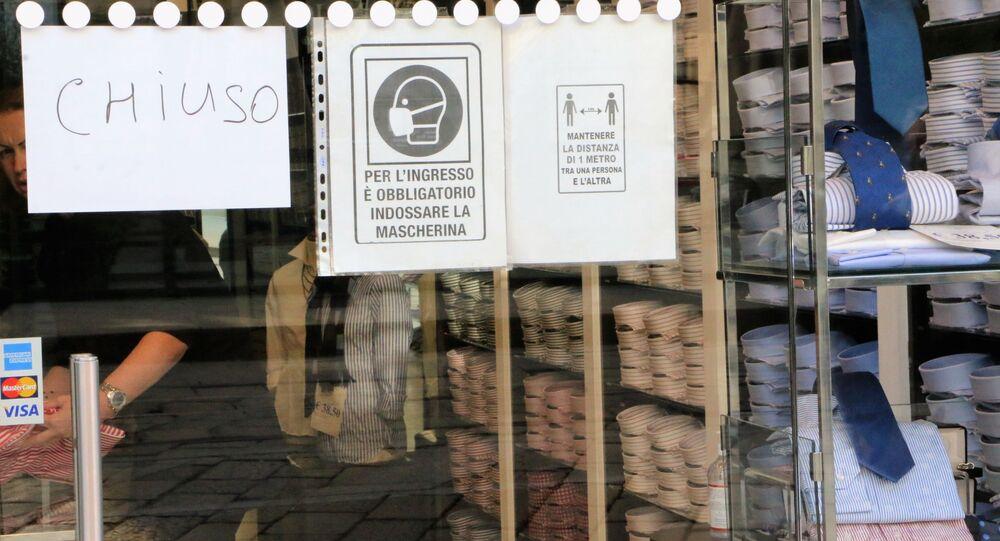Un negozio chiuso con un volantino con le misure anti-Covid