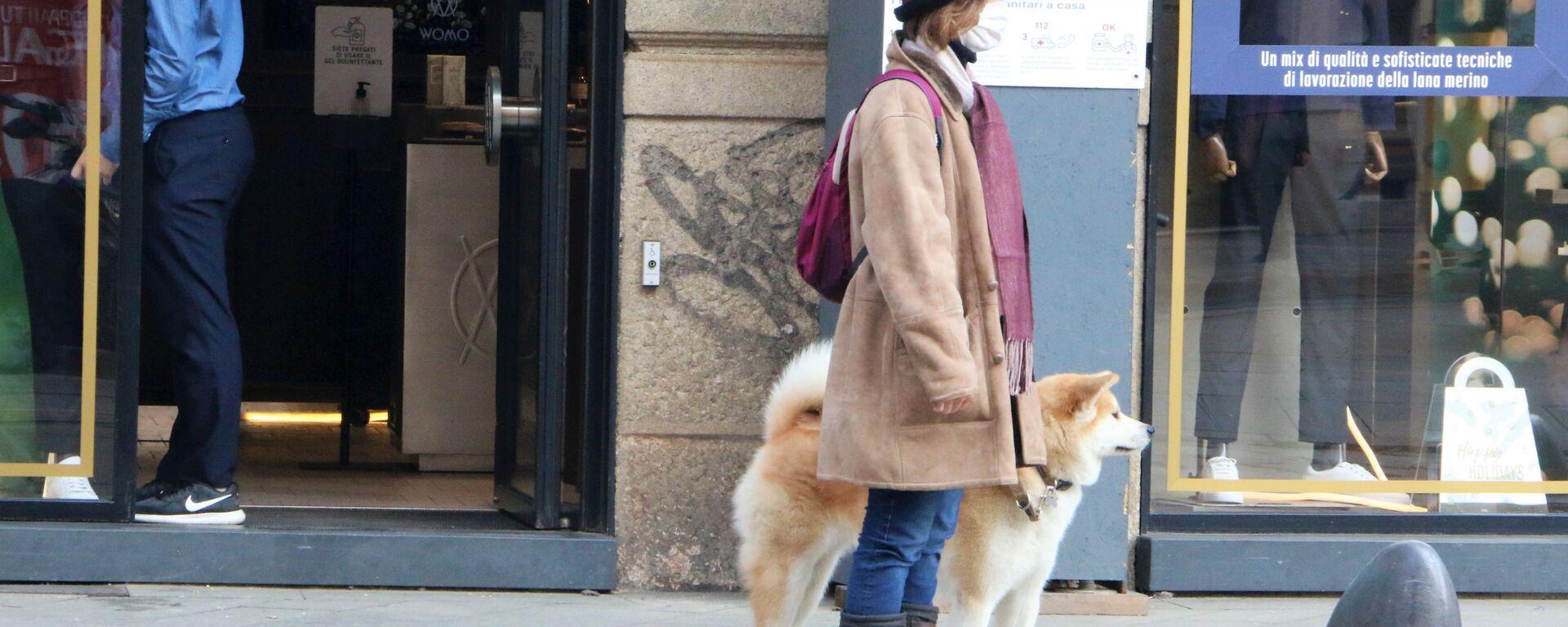 Una donna in mascherina con un cane - Sputnik Italia, 1920, 02.04.2021