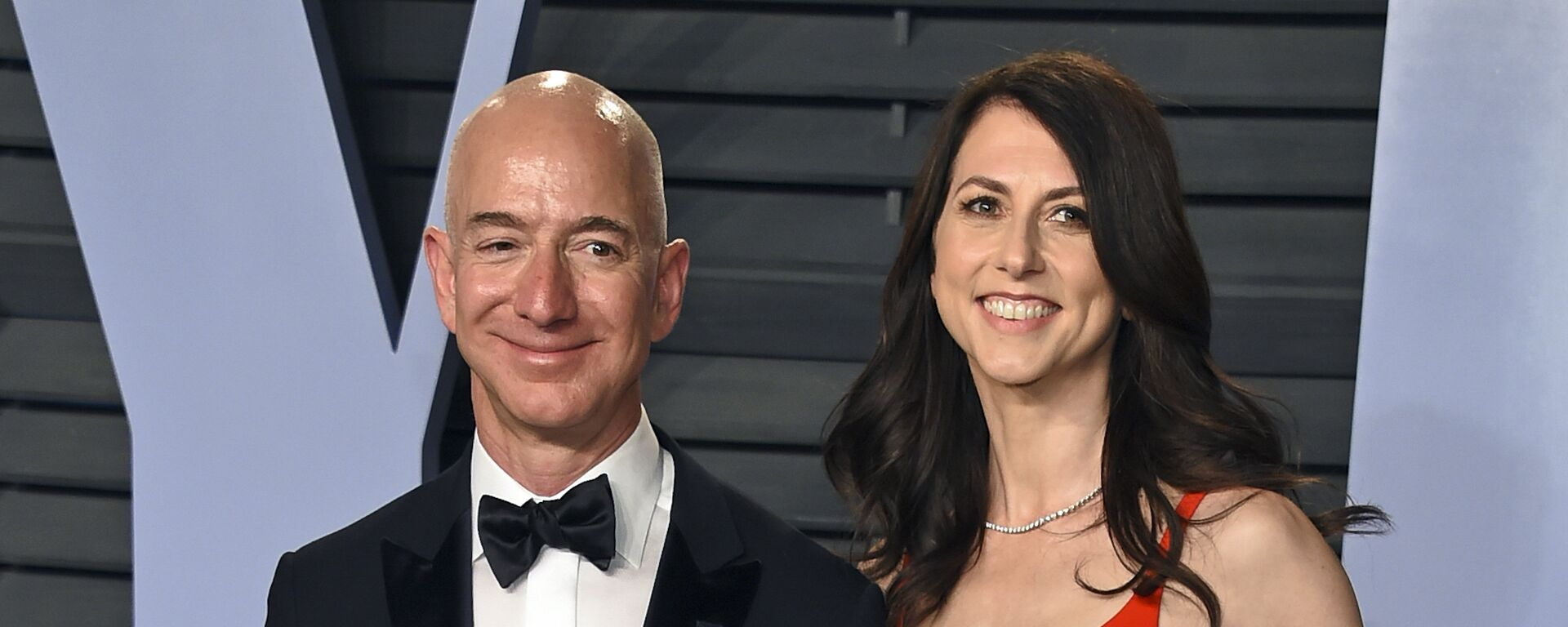In this March 4, 2018 file photo, Jeff Bezos and wife MacKenzie Bezos arrive at the Vanity Fair Oscar Party in Beverly Hills, Calif. - Sputnik Italia, 1920, 16.12.2020