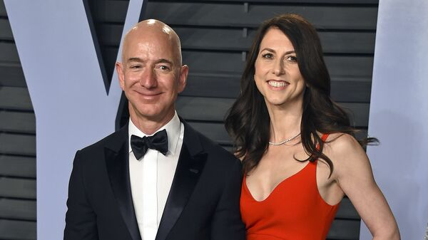 In this March 4, 2018 file photo, Jeff Bezos and wife MacKenzie Bezos arrive at the Vanity Fair Oscar Party in Beverly Hills, Calif. - Sputnik Italia