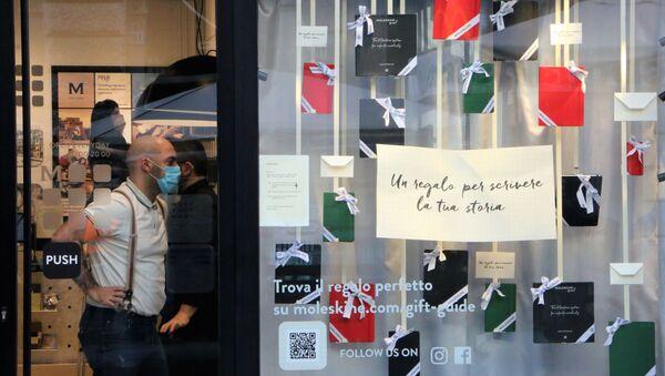La gente in mascherina in un negozio - Sputnik Italia