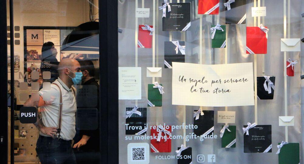 La gente in mascherina in un negozio