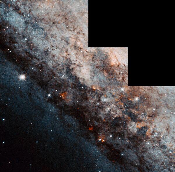 La galassia a spirale barrata Caldwell 83 (NGC 4945) a 12 milioni di anni luce nella costellazione del Centauro. - Sputnik Italia