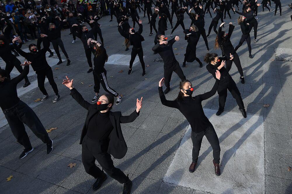 I danzatori del gruppo Les Essentiels nel corso di una protesta contro le politiche sanitarie del governo francese, Francia, Montpellier il 12 Dicembre 2020.