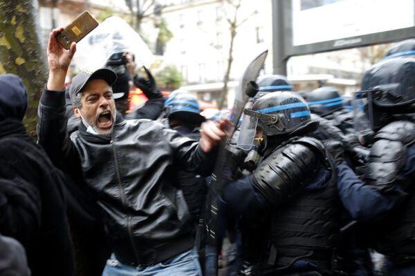 Un manifestante e i poliziotti a Parigi nel corso delle proteste contro la legge sulla sicurezza, il 12 Dicembre 2020.  - Sputnik Italia
