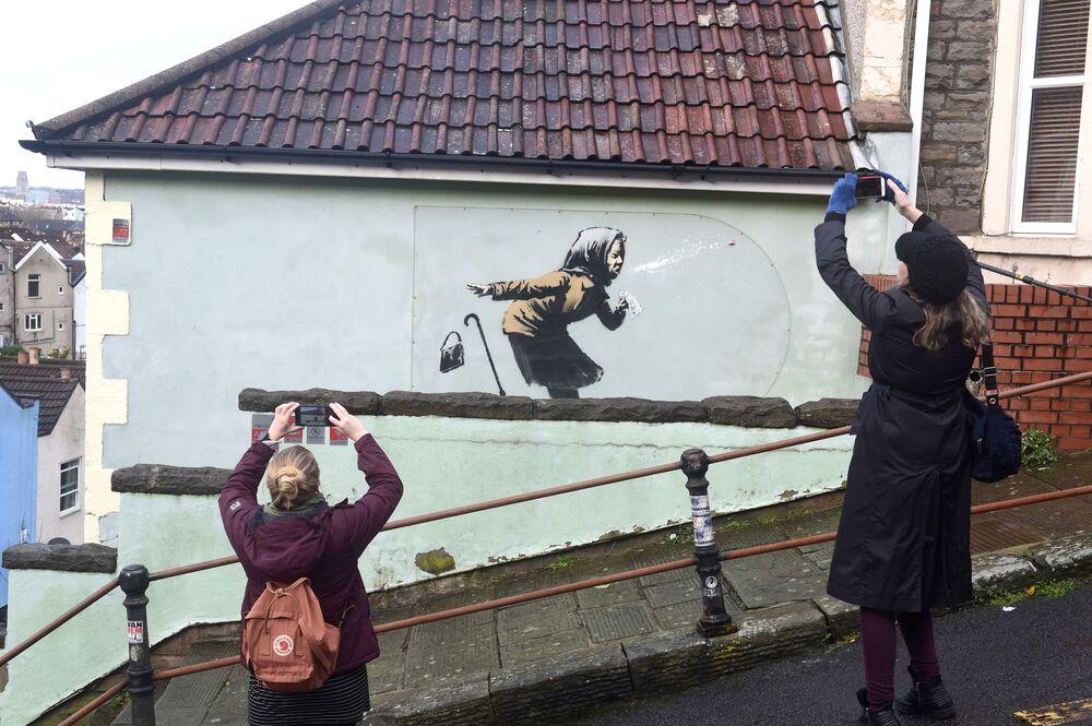 La gente fotografa la nuova opera di Banksy intitolata 'Aachoo!!' a Totterdown, Bristol, Gran Bretagna, l'11 Dicembre 2020.