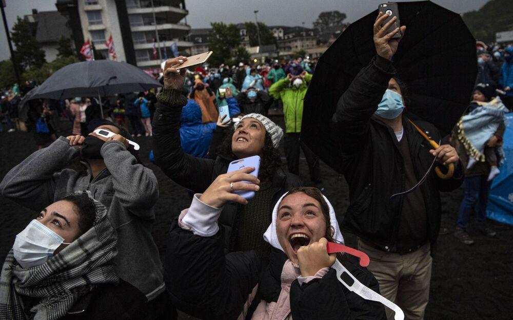 Le persone osservano l'eclissi solare totale in Cile, il 14 Dicembre, 2020.