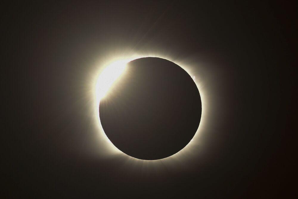 Anello di fuoco nel corso dell'eclissi solare totale in Argentina, il 14 Dicembre 2020.