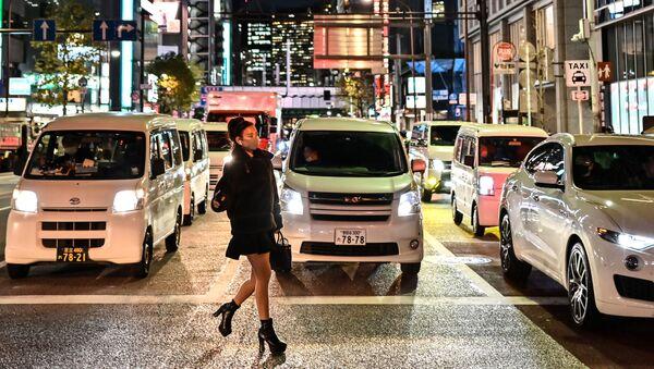 Una ragazza con la mascherina a Tokyo - Sputnik Italia