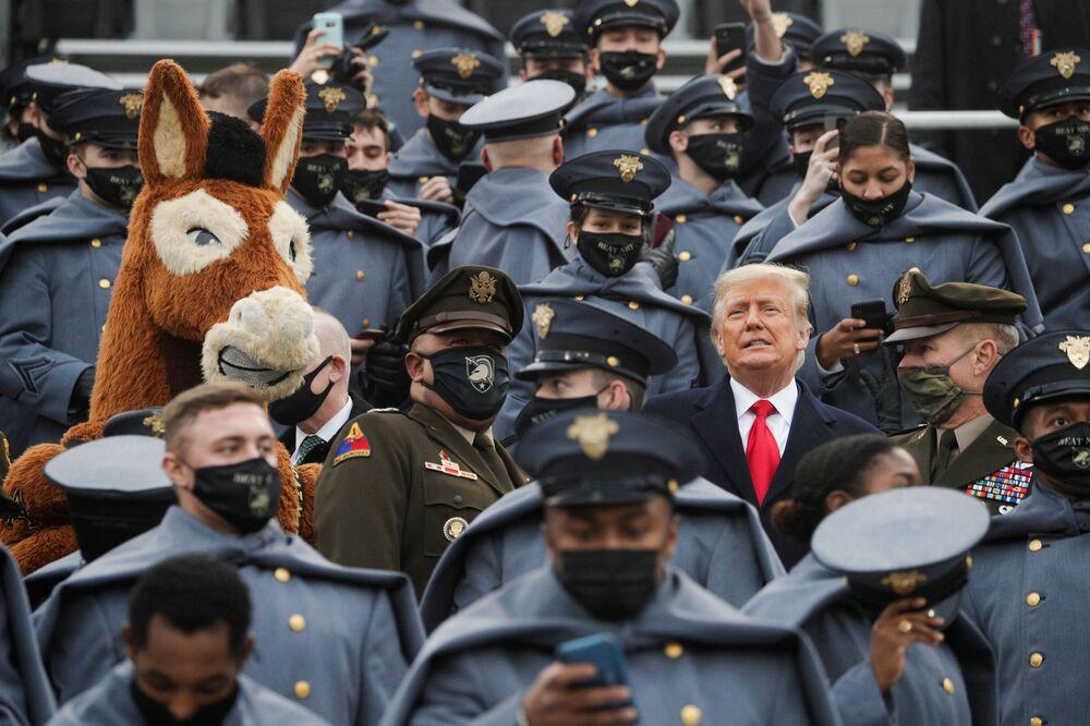 Donald Trump in mezzo dei cadetti dell'esercito americano a West Point, il 12 Dicembre 2020.