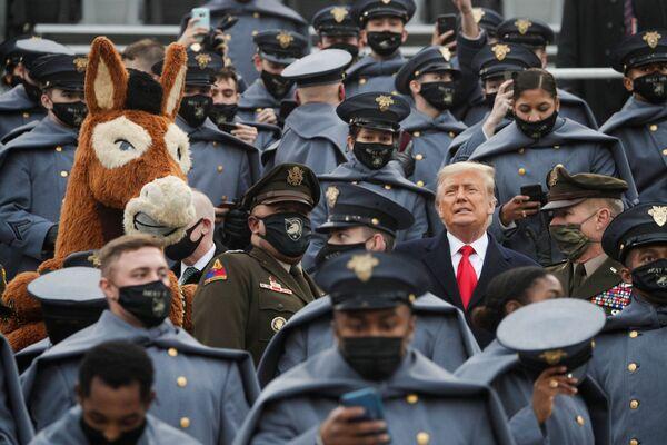 Donald Trump in mezzo dei cadetti dell'esercito americano a West Point, il 12 Dicembre 2020.  - Sputnik Italia