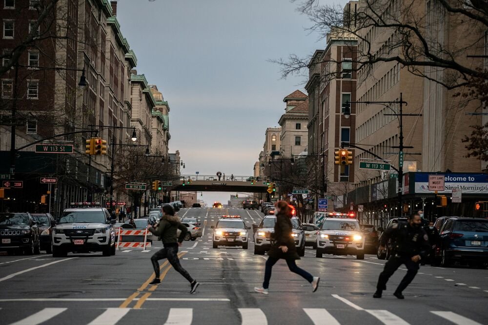 Persone fuggono dal luogo della sparatoria nella Cattedrale di St. John the Divine a New York, USA, 2020.