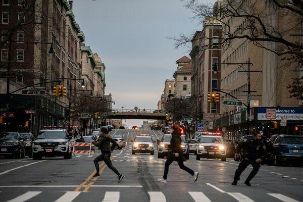 Persone fuggono dal luogo della sparatoria nella Cattedrale di St. John the Divine a New York, USA, 2020.  - Sputnik Italia