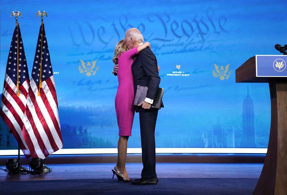 Il nuovo presidente statunitense Joe Biden abbraccia sua moglie Jill Biden dopo aver parlato del processo di certificazione del voto del collegio elettorale al Queen Theatre il 14 Dicembre 2020 a Wilmington, Delaware.