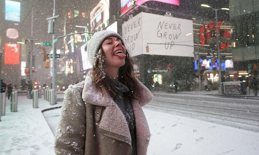 Una turista durante una nevicata in Times Square a New York, USA, il 16 Dicembre, 2020.