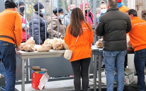 I volontari dell'associazione Pane Quotidiano - Sputnik Italia