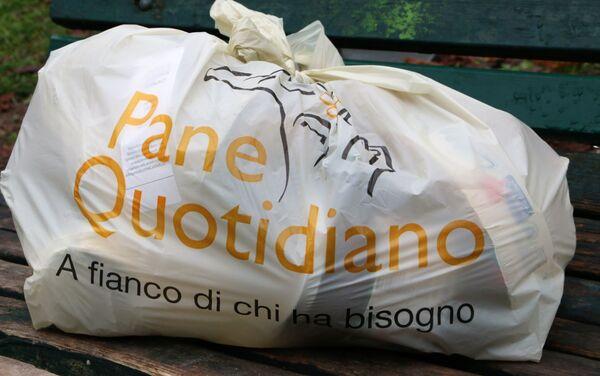 Un sacchetto con i prodotti dell'associazione Pane Quotidiano - Sputnik Italia