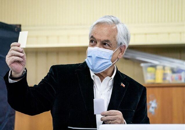 El presidente chileno, Sebastián Piñera, votando