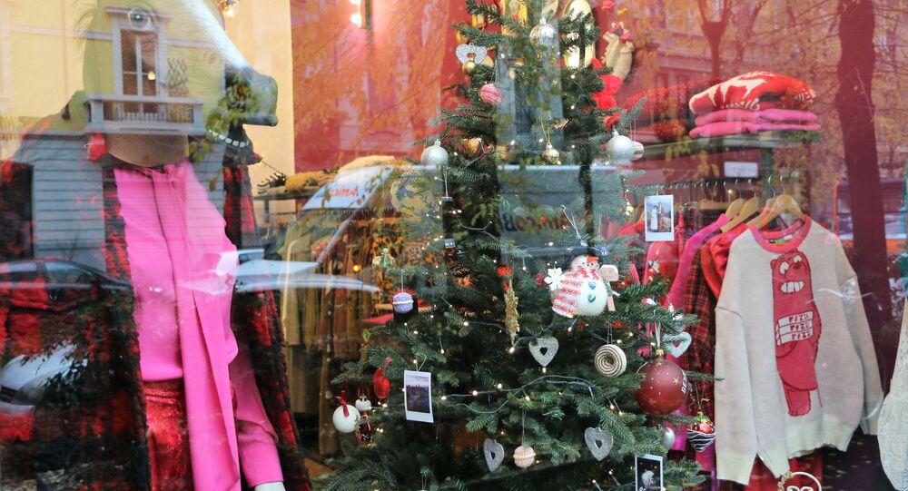 Un albero di Natale in una vetrina del negozio