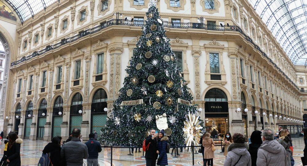 Un albero di Natale nella Galleria di Vittorio Emanuele II a Milano
